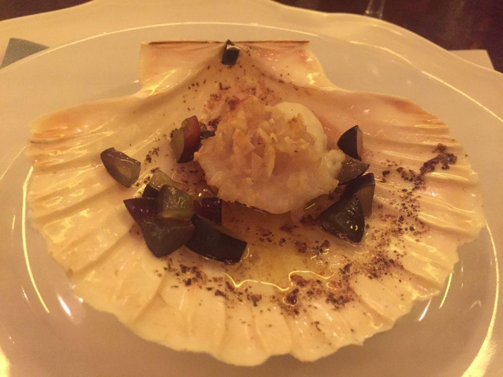 Coquille Saint-Jacques sans corail, beurre demi-sel, échalote ciselée, cognac, amandes concassées, raisins noir frais en cubes