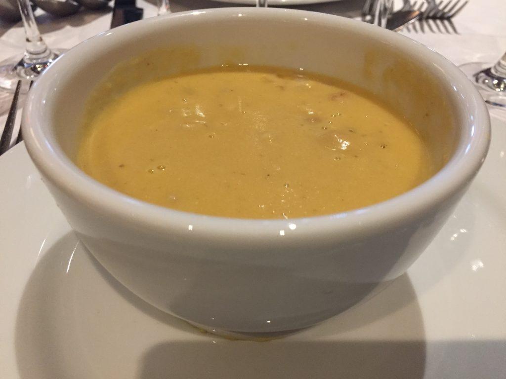 Crème de pois blonds de la Planèze au faisan, foie gras et petits croûtons © Greta Garbure